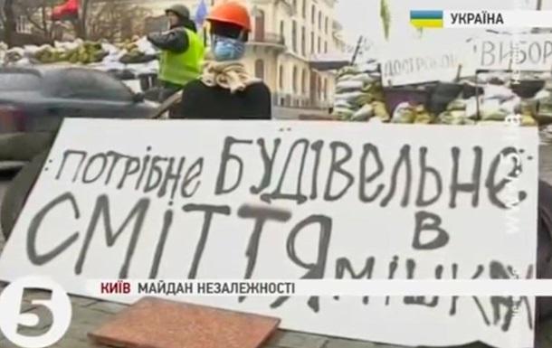 На Евромайдане начали реконструировать растаявшие баррикады