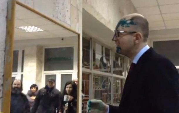 Яценюка и Турчинова облили зеленкой после встречи с Тимошенко