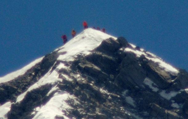 Власти Непала снизили вдвое цену восхождения на Эверест