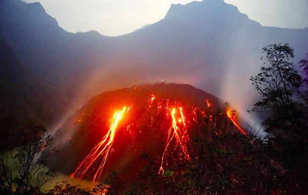 В Индонезии извержение вулкана привело к эвакуации 200 тысяч человек