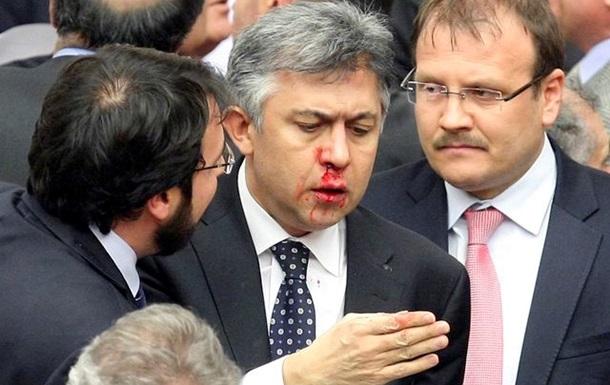 Турецкие депутаты подрались на обсуждении закона о контроле над судьями