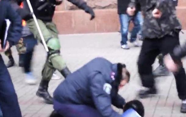 Опубликовано видео нападения на милиционеров под зданием КГГА