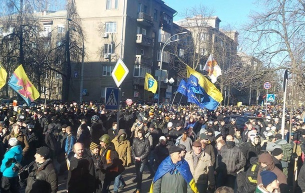 Митингующие разблокировали улицу Грушевского у Дома офицеров. Около стадиона Динамо горят шины