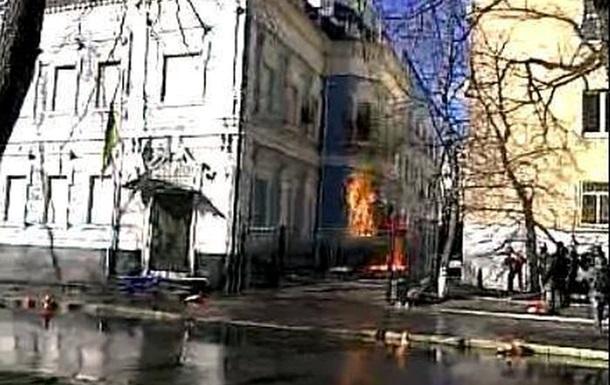 Митингующие подожгли офис Партии регионов на Липской, рядом сгорел элитный спорткар