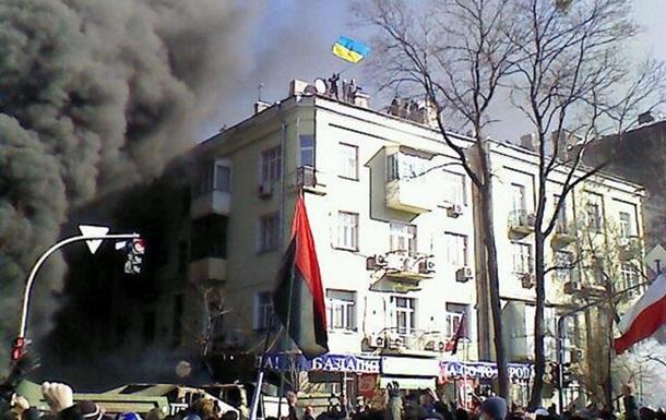 Митингующие забрались на крышу, с которой Беркут забрасывал людей гранатами