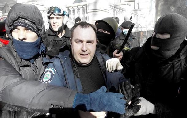 Митингующие взяли в плен человека из офиса Партии регионов