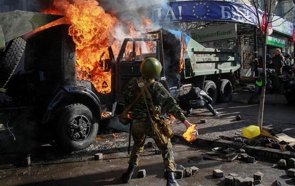 Активисты подожгли 3 грузовика и бросают в силовиков фейерверки