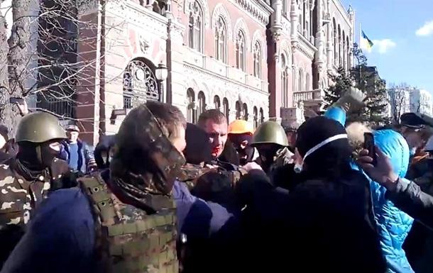 Что ты теперь плачешь?  Активисты захватили милиционера и ведут на Майдан