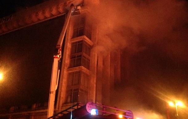 Огонь в Доме профсоюзов добрался к верхним этажам: людей эвакуируют