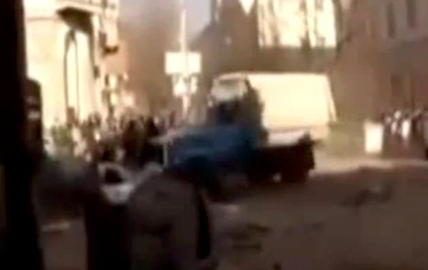 Протестующие в Киеве грузовиком таранят ряды силовиков