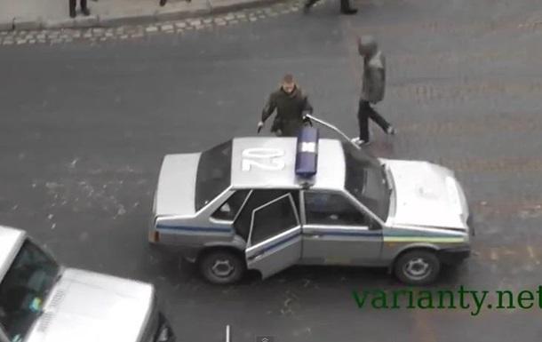 Во Львове протестующим не дали угнать патрульную машину