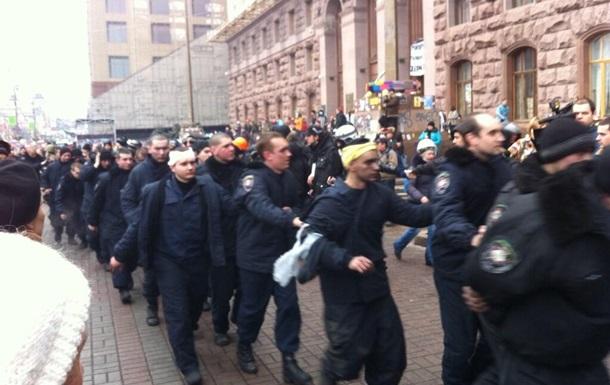 Массового перехода правоохранителей на сторону демонстрантов нет – МВД