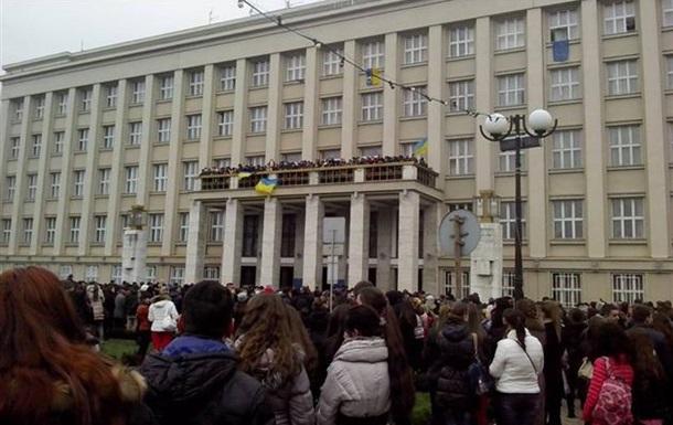 В сессионном зале Закарпатской облрады регион объявили «свободным от власти Януковича»