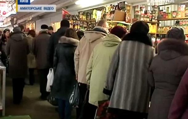 В киевских супермаркетах выстроились огромные очереди