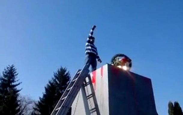 В Хмельницкой области на месте памятника Ленину поставили золотой унитаз