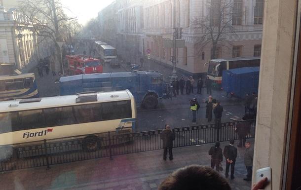 Митингующие пригнали на Майдан водомет