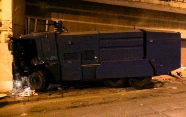 В Киеве в жилой дом врезался водомет