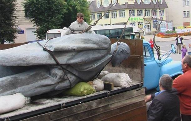 В Луганской области внедорожник снес памятник Ленину