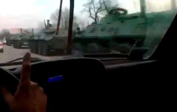 В Сети обсуждают видео с колонной российской бронетехники на крымской дороге