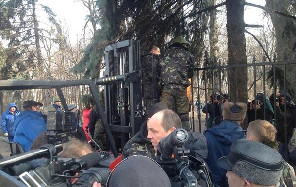 Забор возле Рады начали демонтировать