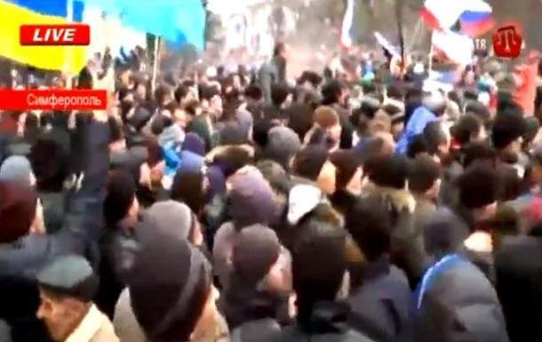 У Верховного Совета Крыма собрались тысячи крымских татар