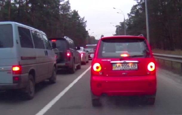 Опубликовано видео, как туристы, возвращаясь из Межигорья, едут по встречной полосе