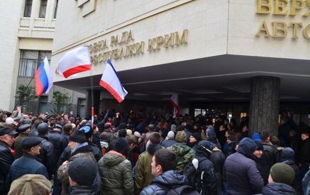 Милиция пытается остановить противостояние у здания парламента Крыма