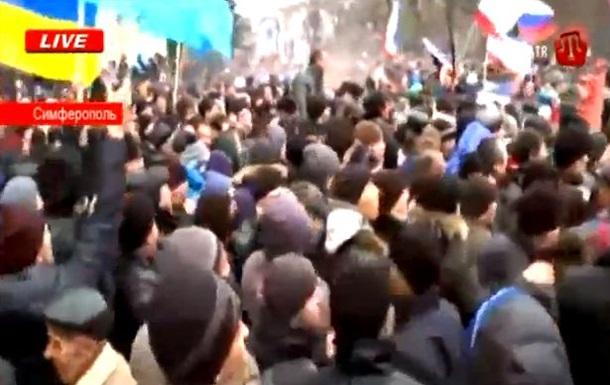 Под зданием парламента Крыма в митингующих летят камни и бутылки