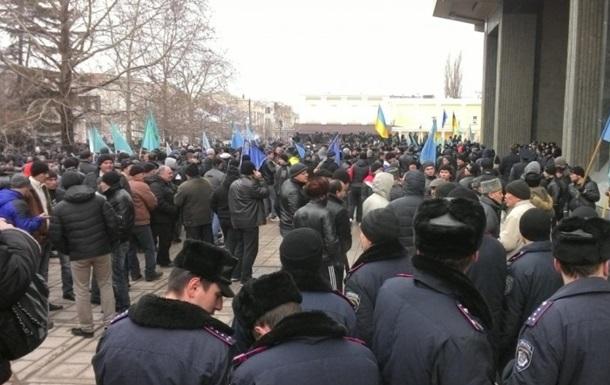 Митингующие покидают площадь у здания Верховного Совета Крыма