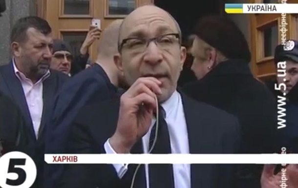 Кернес договорился. В Харькове перед горсоветом сняли российский флаг