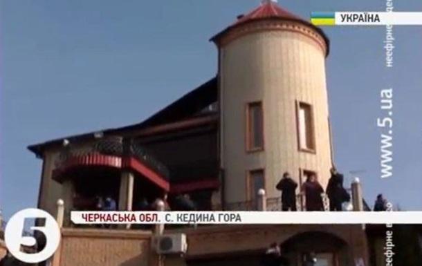 Активисты побывали в имении регионала Олийныка в Черкасской области