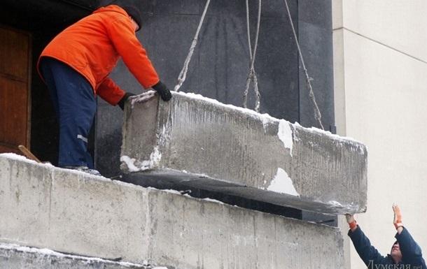 Возле Одесской ОГА убрали бетонные блоки, закрывавшие входы