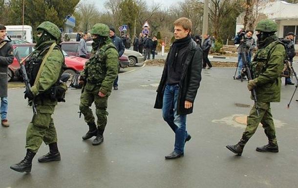 Вооруженные люди по-прежнему окружают аэропорт Симферополя - Госпогранслужба