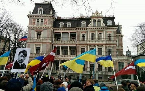 В мировых столицах прошли пикеты посольств России. Фотогалерея