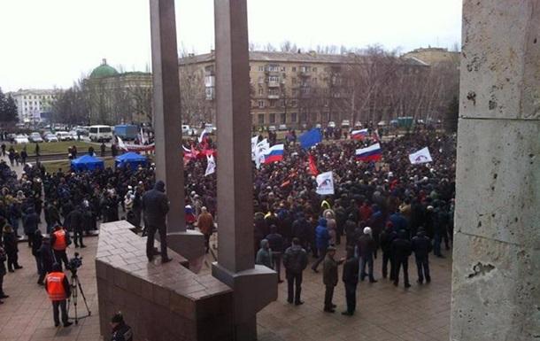 В Донецке несколько тысяч человек митингуют с российскими флагами
