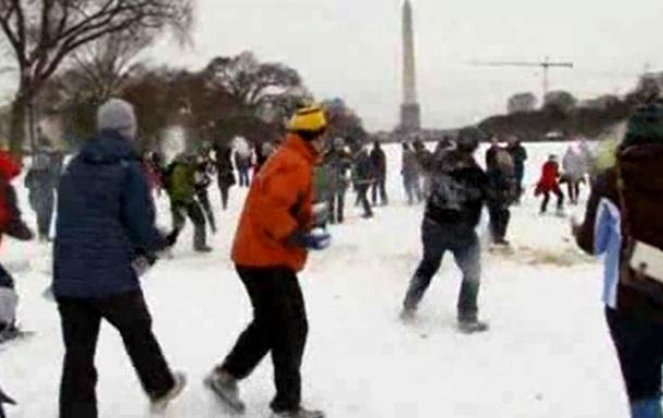 Сотрудники американского правительства устроили перед Капитолием бой снежками