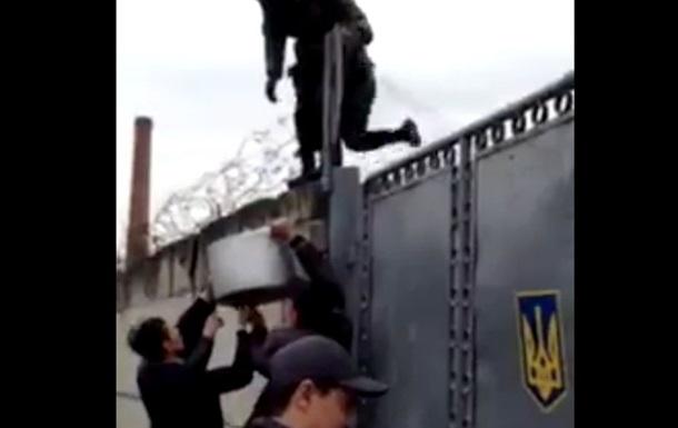 Видео, как крымчане помогают заблокированным украинским солдатам