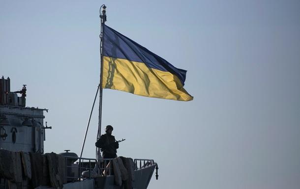 Сдаваться нельзя, обороняться. Фото украинских моряков, заблокированных в порту Севастополя