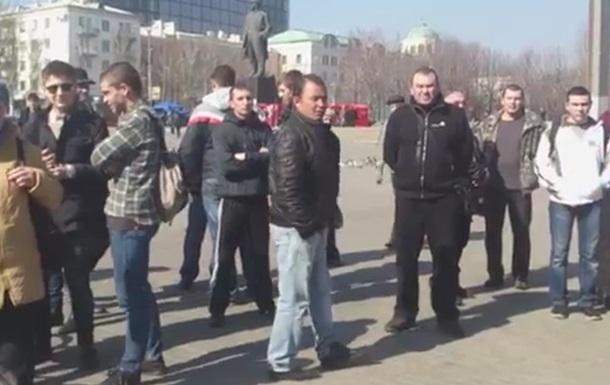 Желающих почтить память погибшего на митинге в Донецке встретили угрозами