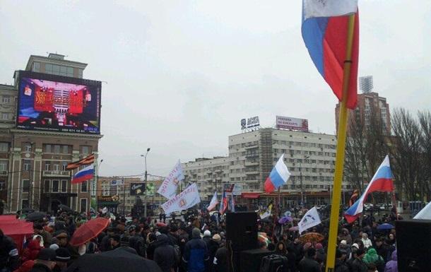 В пророссийском митинге в Донецке принимает участие около 3 тысяч человек – местные СМИ