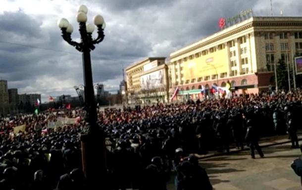 В Харькове пророссийские активисты штурмуют облгосадминистрацию