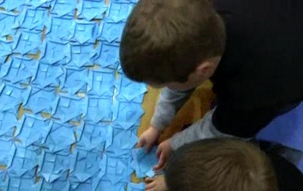 В Афинах собрали самую большую в мире мозаику из оригами