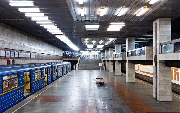 На столичной станции метро Позняки умер мужчина