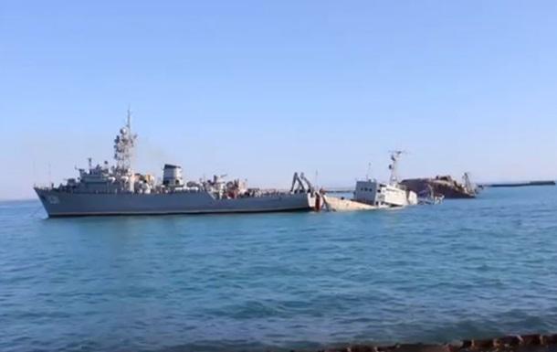 Моряки  Черкасс  пытаются сдвинуть затопленный корабль, чтобы освободить проход в море из озера Донузлав