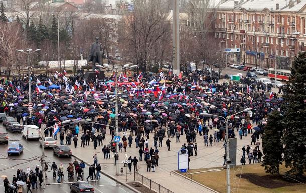 Участники пророссийского митинга в Донецке пытаются прорваться к зданию обладминистрации