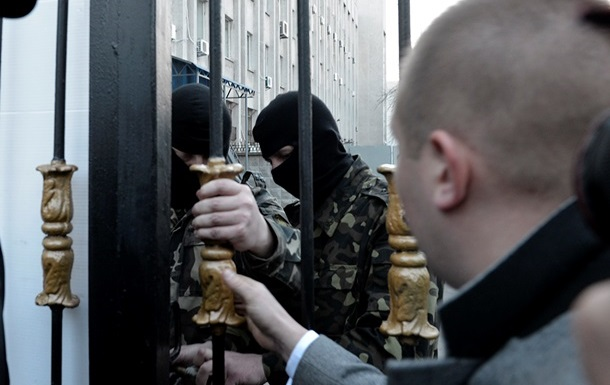 Из СБУ пытаются вывезти адвоката Дениса Бугая - автобус блокируют (обновлено)