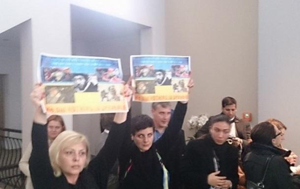 Украинским журналистам в Европе надели наручники