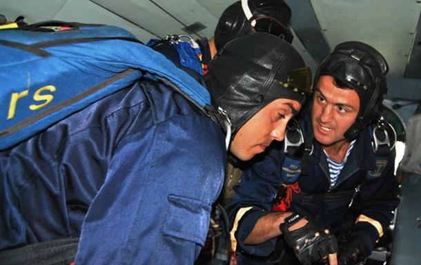 Військові льотчики відпрацьовують евакуацію поранених