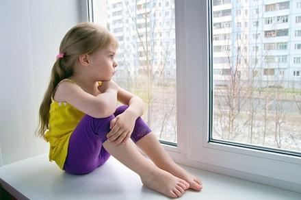 Ребёнок у окна