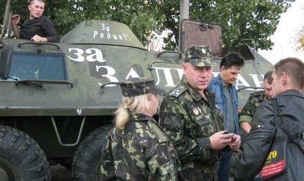 У Харкові кандидат-мажоритарник пробивається до ВР на бронетранспортері